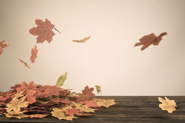 Herbstblätter, die in wind fliegen