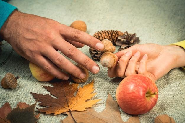 Herbstblatt auf händen kopieren platz für die werbung für den verkauf am schwarzen freitag und das einkaufswerbekonzept ...