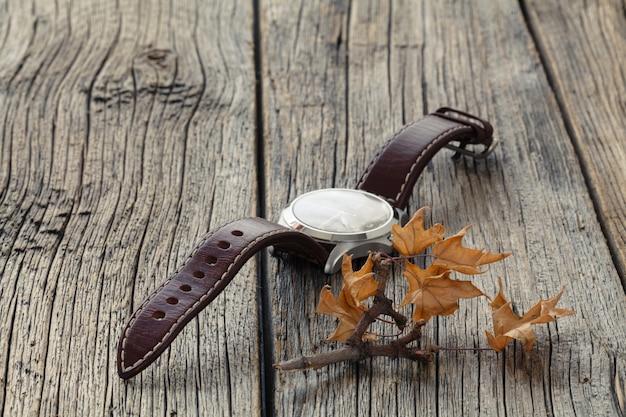 Herbstblatt und uhr. gewürz sommerzeitkonzept