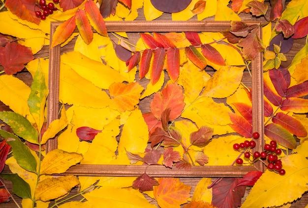 Herbstblattzusammensetzung mit bilderrahmen. platz kopieren.