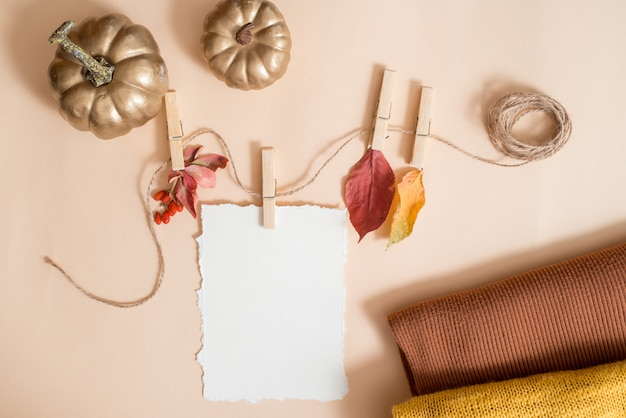 Herbstblattzusammensetzung, notizbuch. trockene helle blätter, nüsse. gestrickter gelber warmer schal, goldener kürbis. der kuschelige herbst. grußkarte. trend zerrissenes papier. flachgelegt, draufsicht. copyspace.