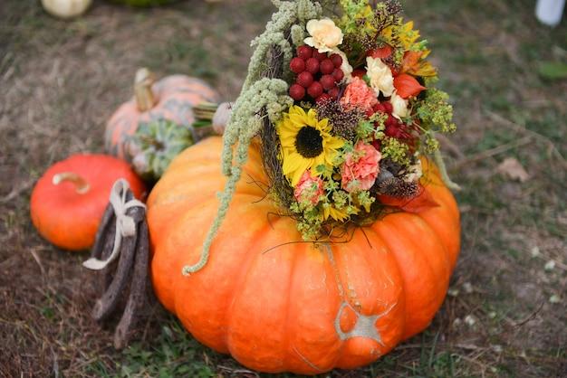 Herbstblumenstrauß-kürbisvase für halloween