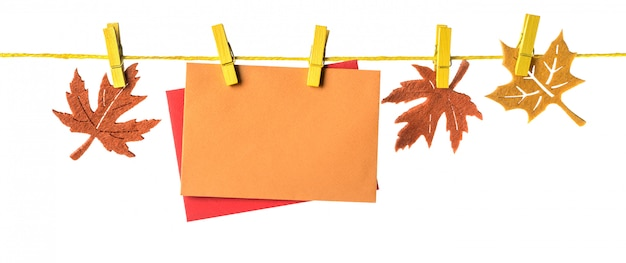 Herbstbordüre mit papierkarten und marple-blättern auf weiß