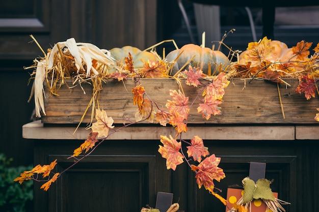 Herbstdekor, gelbe blätter und kürbisse