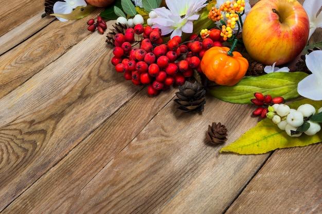 Herbstdekor mit kleinem kürbis auf holztisch, kopierraum