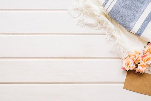 Herbstdekoration mit platz auf der linken seite und tücher