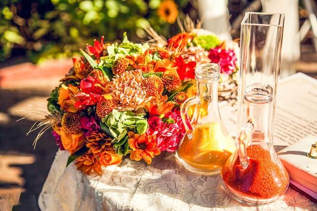 Herbstdekorationen für die hochzeitszeremonie.