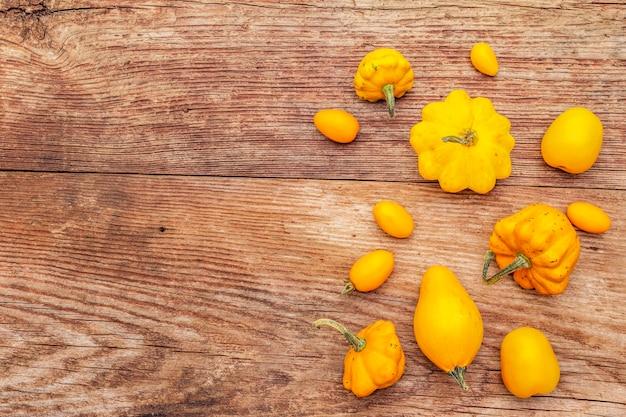 Herbsternte gemüse. zusammenstellung von gelben tomaten und von kürbisen