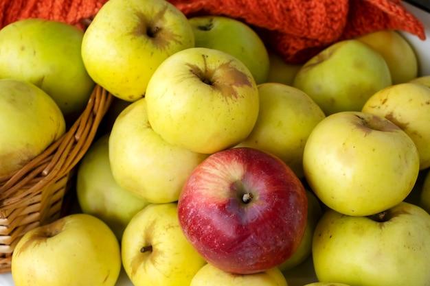 Herbsternte herbstkonzept gelbe äpfel im korb heller hintergrund selektiver fokus ansicht von oben