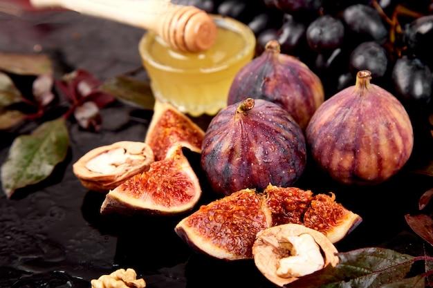 Herbsternte-lebensmittelstillleben mit jahreszeit trägt traube, rote äpfel und feigen früchte.
