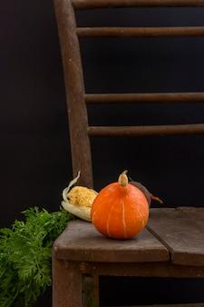Herbsternte mit kürbis und mais