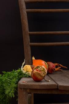 Herbsternte mit mais und kürbis