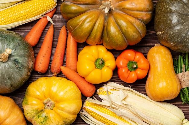 Herbsternte von kürbissen und anderem gemüse
