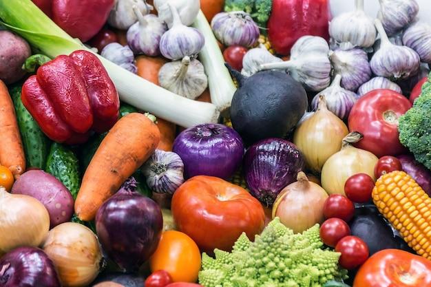 Herbsternte von verschiedenem gemüse und hackfrüchten