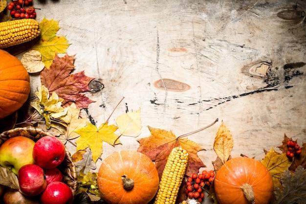 Herbstessen. herbst obst und gemüse. auf hölzernem hintergrund.
