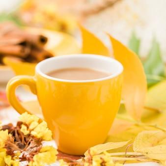 Herbstfahne mit tasse kaffee mit zimt auf weißem holz