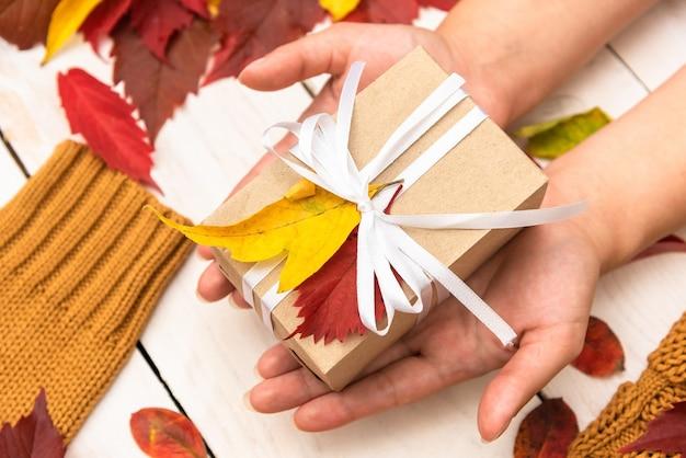 Herbstferienbox in der hand.