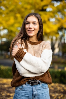 Herbstfrau im pullover im herbstpark. warmes sonniges wetter. herbstkonzept