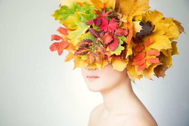 Herbstfrau mit blattfrisur