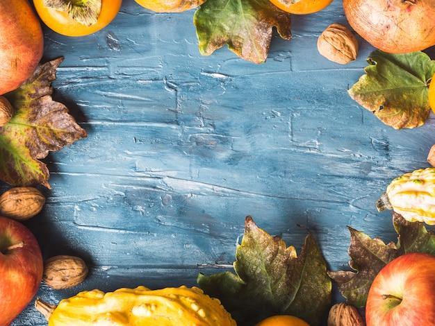 Herbstfrucht-erntedank-blauhintergrund