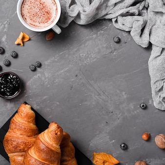 Herbstfrühstück mit hörnchen und kaffee