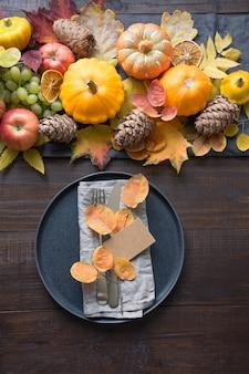Herbstgedeck mit blättern und kürbissen, draufsicht