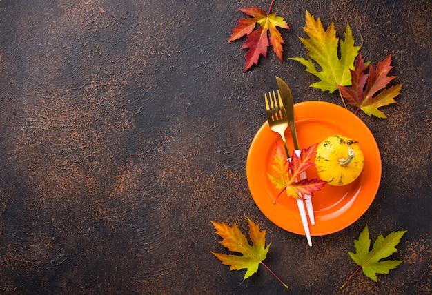 Herbstgedeck mit blättern