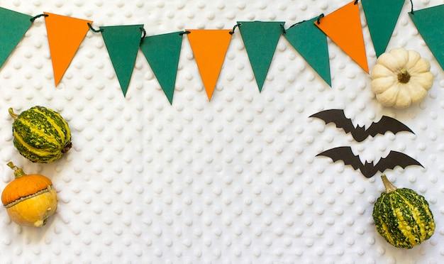 Herbsthalloween-kürbise, weißer hintergrund