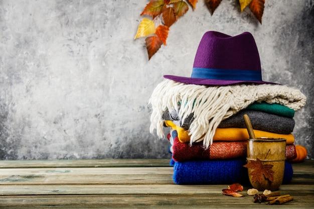 Herbsthintergrund auf hölzernem tabel gegen alte rostzustands-weinlesewand