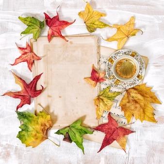 Herbsthintergrund flach. notizpapier und eine tasse schwarzen kaffee