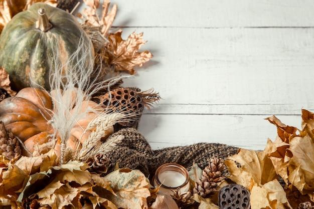 Herbsthintergrund mit dekorativen gegenständen und kürbis.