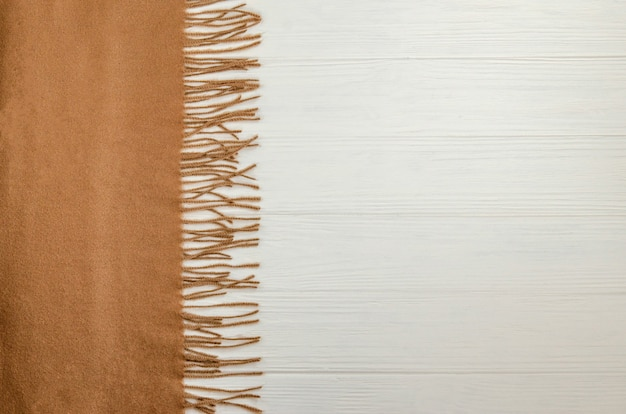 Herbsthintergrund mit einem woolen warmen schal der beige farbe.