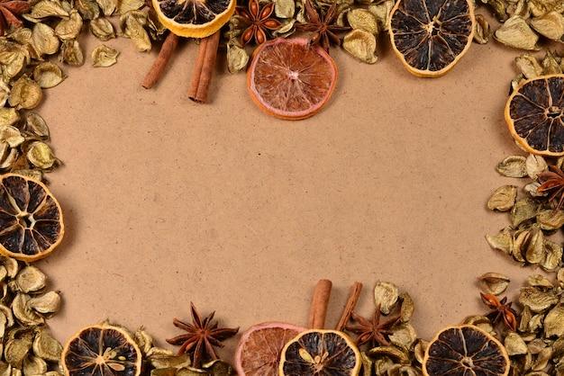 Herbsthintergrund mit goldenen blättern, getrockneten fruts, zimt und anis