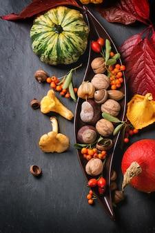 Herbsthintergrund mit kürbisen