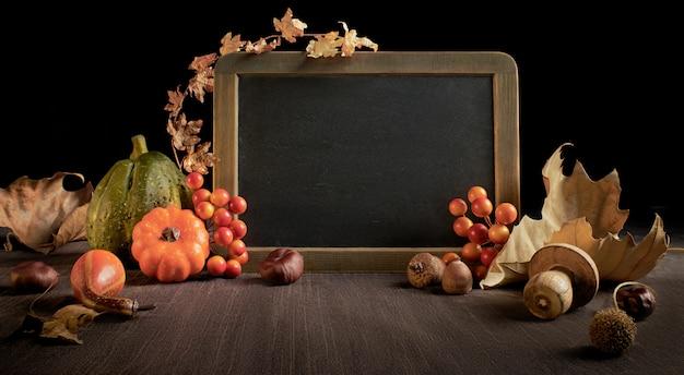 Herbsthintergrund mit saisondekorationen auf holz, raum