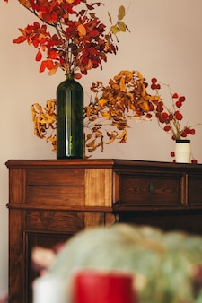 Herbstinnendekoration mit trockenem blumenstrauß auf holztisch