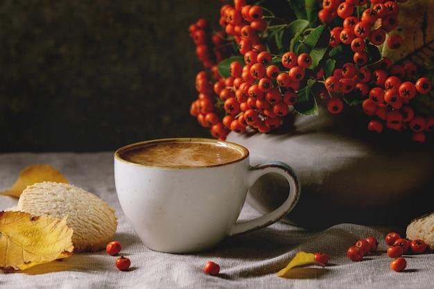 Herbstkaffee mit gelben blättern