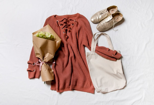 Herbstkleidung auf weißem hintergrund stylisches damenoutfit