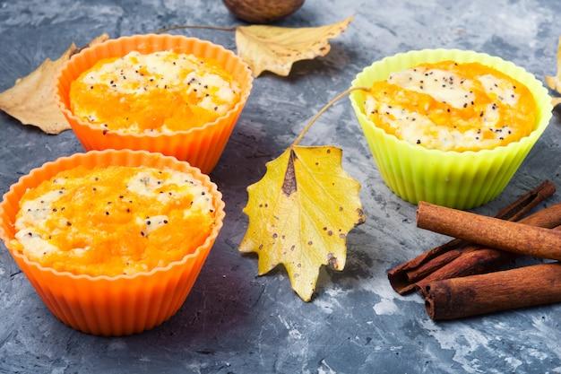Herbstkleiner kuchen mit kürbis