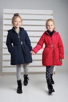 Herbstkollektion von kleidern für kinder und jugendliche. jacken und mäntel für herbstkaltes wetter