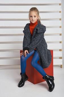 Herbstkollektion von kleidern für kinder und jugendliche.