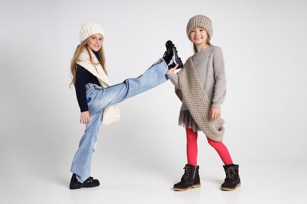 Herbstkollektion von kleidung für kinder und jugendliche. jacken und mäntel für herbstkälte. kinder posieren