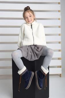 Herbstkollektion von kleidung für kinder und jugendliche. jacken und mäntel für herbstkälte