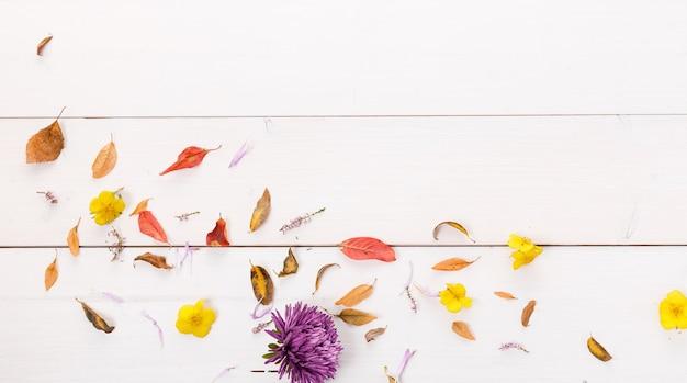 Herbstkomposition aus herbstlichen, mehrfarbigen blättern auf weißem holzhintergrund. herbst, herbstkonzept. flache lage, ansicht von oben, kopienraum