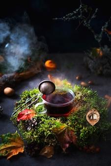 Herbstkomposition, eine tasse heißen tee mit dampf, umgeben von waldlandschaft, kreatives bild