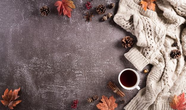 Herbstkomposition eine tasse kaffeebaumwollblumen herbstblätter und pullover