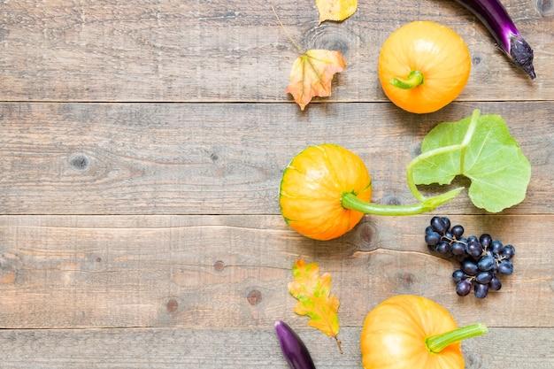 Herbstkomposition mit blättern und gemüse