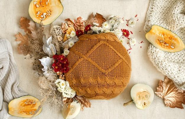 Herbstkomposition mit blumen, kürbissen und strickelementen kopieren raum.