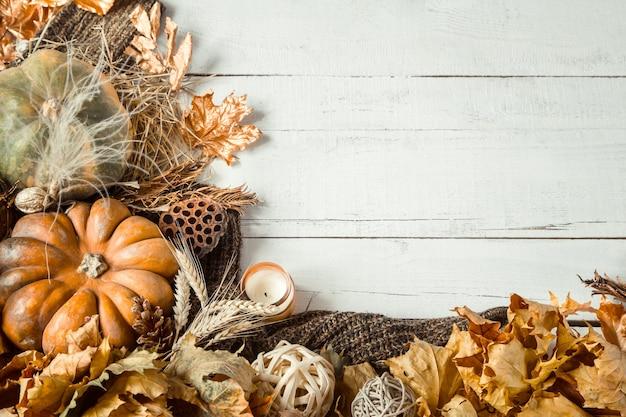 Herbstkomposition mit dekorativen gegenständen und kürbissen