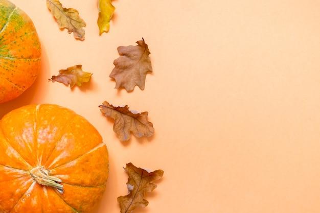 Herbstkomposition mit eichenblättern und kürbissen